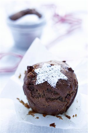 decorations - A nut and date muffin topped with an icing sugar star Stock Photo - Premium Royalty-Free, Code: 659-06903802