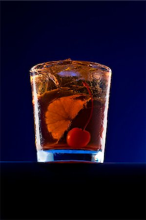 An Old Fashioned Cocktail with an Orange Slice and a Cherry Photographie de stock - Premium Libres de Droits, Code: 659-07026847