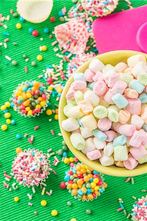decoration - Colourful mini marshmallows, sugar balls and sugar sprinkles Stock Photo - Premium Royalty-Free, Code: 659-07027521