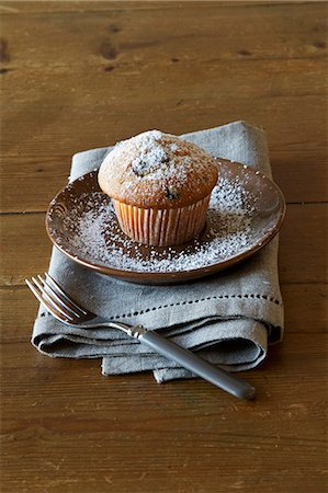 sugar - A muffin dusted with icing sugar Stock Photo - Premium Royalty-Free, Code: 659-07027661