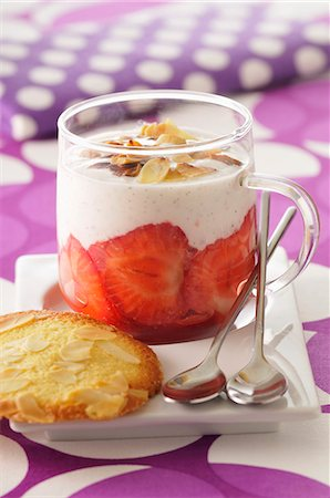 polka dot - Vanilla custard with strawberries and sliced almonds; served with almond biscuits Stock Photo - Premium Royalty-Free, Code: 659-07027760