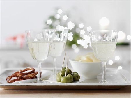 White wine spritzer in wine glasses with nibbles Stock Photo - Premium Royalty-Free, Code: 659-07027802