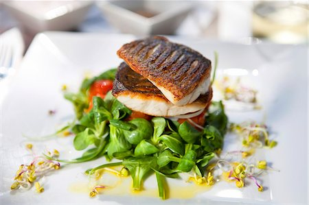 Crispy fried bass on a bed of lamb's lettuce with a lemon dressing Stock Photo - Premium Royalty-Free, Code: 659-07028055