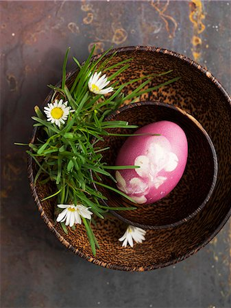 dyed - A pink decorated egg for Easter in a wooden bowl with daisies Stock Photo - Premium Royalty-Free, Code: 659-07028176