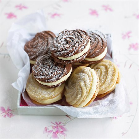 swirl - Viennese whirls dusted with icing sugar Stock Photo - Premium Royalty-Free, Code: 659-07028203
