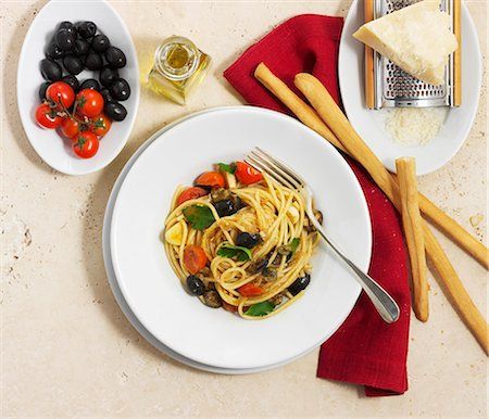 Spaghetti with olives and tomatoes Stock Photo - Premium Royalty-Free, Code: 659-07028309
