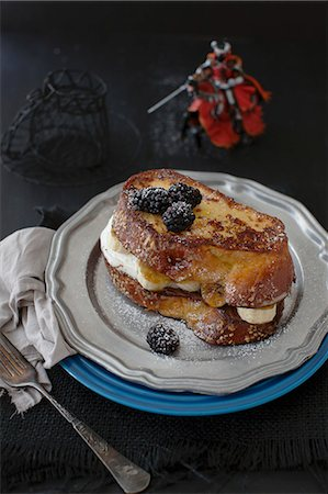 french - Challa French toast with chocolate hazelnut spread, caramelised bananas and blackberries Stock Photo - Premium Royalty-Free, Code: 659-07028342