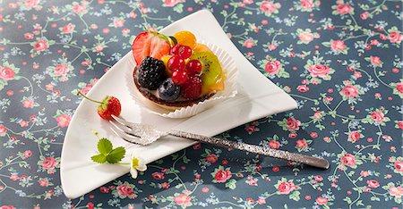 rose patterns - A summer fruit tartlet Stock Photo - Premium Royalty-Free, Code: 659-07028431