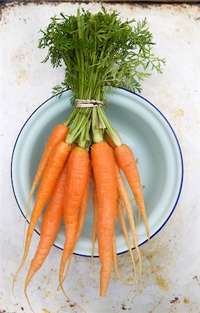 Fresh Bunch of Carrots in a Blue Bowl Stock Photo - Premium Royalty-Free, Code: 659-07028649