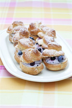 puff - Profiteroles filled with blueberries and quark Stock Photo - Premium Royalty-Free, Code: 659-07029039