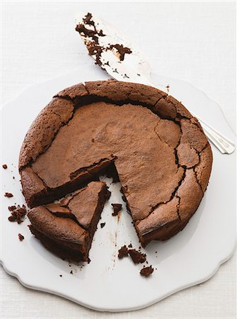 Chocolate cake, partly sliced Stock Photo - Premium Royalty-Free, Code: 659-07068638