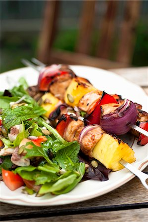 season - Barbecued chicken kebabs with salad on a garden table Stock Photo - Premium Royalty-Free, Code: 659-07068745