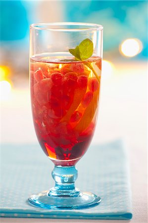 drink (non-alcohol) - Pomegranate iced tea with lemon and mint Stock Photo - Premium Royalty-Free, Code: 659-07068856