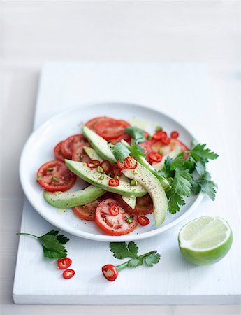 salad - Tomato-avocado salad with pepper rings Stock Photo - Premium Royalty-Free, Code: 659-07069244