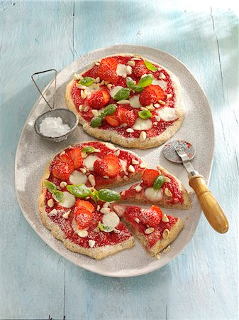 small - Small strawberry pizzas with basil Stock Photo - Premium Royalty-Free, Code: 659-07069353