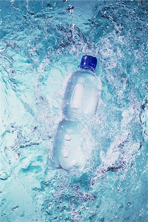 effect - A bottle falling into water Stock Photo - Premium Royalty-Free, Code: 659-07069650