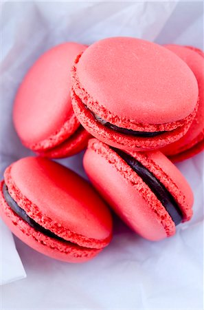 sweet - Raspberry macaroons with chocolate cream Stock Photo - Premium Royalty-Free, Code: 659-07069793