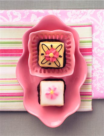 sweets - Petit fours on a pink plate Stock Photo - Premium Royalty-Free, Code: 659-07597291