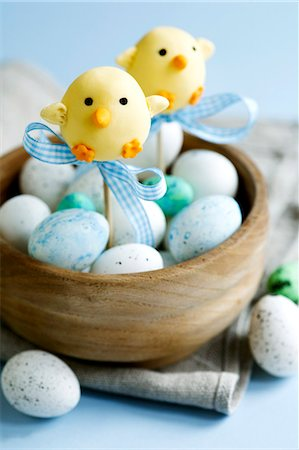 Easter chick cape pops and chocolate eggs in a wooden bowl Stock Photo - Premium Royalty-Free, Code: 659-07597453