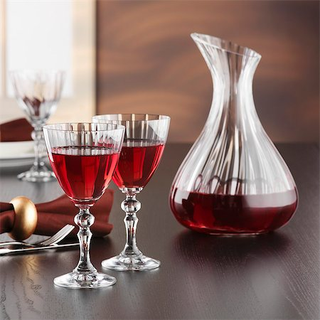 A carafe and glasses of red wine Stock Photo - Premium Royalty-Free, Code: 659-07597490