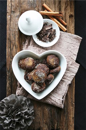 sweet - Chocolate and cinnamon treats in a heart-shaped bowl, grated chocolate, cinnamon sticks Stock Photo - Premium Royalty-Free, Code: 659-07597591