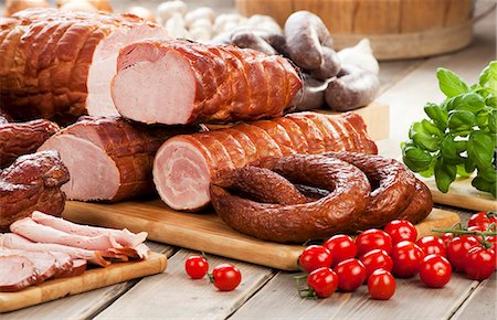 smoked - Assorted sausages and ham, cherry tomatoes, basil and garlic Stock Photo - Premium Royalty-Free, Code: 659-07597658