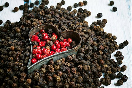 Red and black peppercorns with a cutter Stock Photo - Premium Royalty-Free, Code: 659-07598100