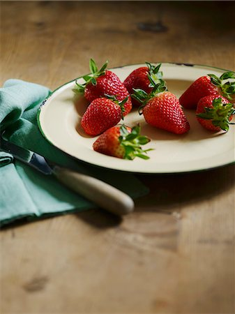 strawberries - Strawberries on a plate Stock Photo - Premium Royalty-Free, Code: 659-07598346