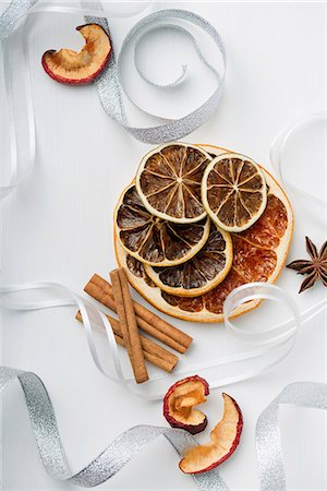 decoration - Dried fruit and cinnamon sticks as a Christmas decoration Stock Photo - Premium Royalty-Free, Code: 659-07598361