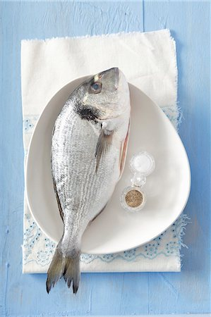 season - Fresh gilt-head bream with salt and pepper Stock Photo - Premium Royalty-Free, Code: 659-07598601