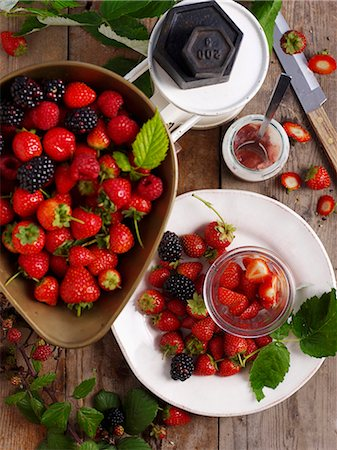 strawberries - Strawberries and blackberries with a set of kitchen scales Stock Photo - Premium Royalty-Free, Code: 659-07598829