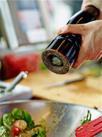 season - Salad being seasoned with black pepper Stock Photo - Premium Royalty-Free, Code: 659-07599332