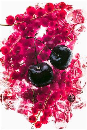 effect - Cherries on frozen redcurrants Stock Photo - Premium Royalty-Free, Code: 659-07599370