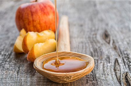 Honey falling on a wooden spoon Stock Photo - Premium Royalty-Free, Code: 659-07609580