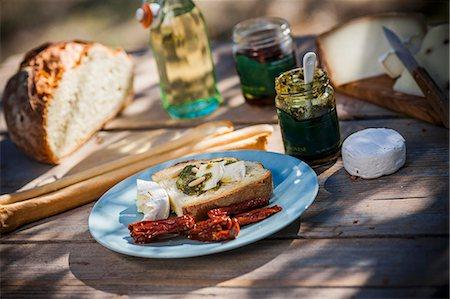 snack - Bruschetta al pesto e formaggio (toast with pesto and cheese) Stock Photo - Premium Royalty-Free, Code: 659-07609638