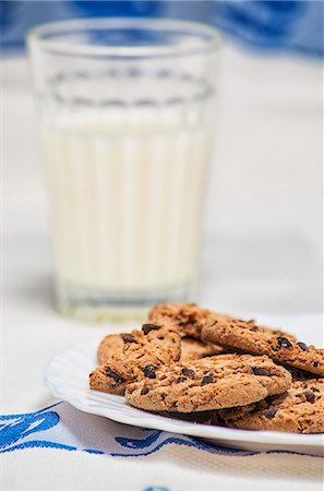 Chocolate Chip Cookies with Glass of Milk Stock Photo - Premium Royalty-Free, Code: 659-07609741