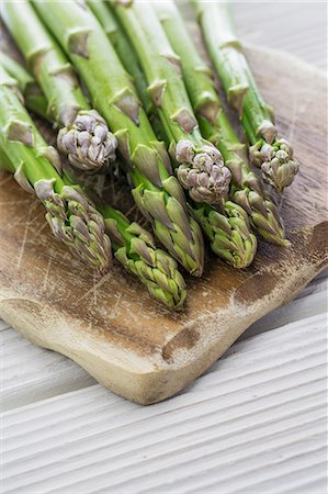 food - Green asparagus on chopping board Stock Photo - Premium Royalty-Free, Code: 659-07609896