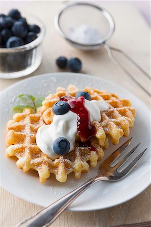 dessert - Waffles with icing sugar, blueberries, cream and fruit sauce Stock Photo - Premium Royalty-Free, Code: 659-07609908