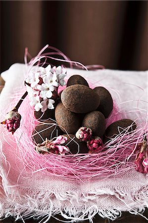 sweets - Chocolate covered almonds in an Easter nest Stock Photo - Premium Royalty-Free, Code: 659-07610067