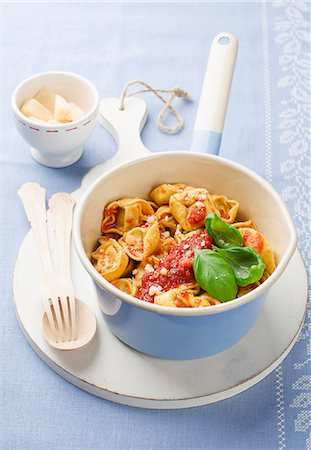 recipe - Tortellini with tomato sauce, basil and Parmesan Stock Photo - Premium Royalty-Free, Code: 659-07610170