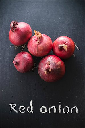 descriptive - Red onions on a chalkboard above the words 'Red onion' Stock Photo - Premium Royalty-Free, Code: 659-07739048