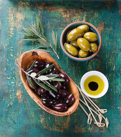 Black and green olives with olive oil Stock Photo - Premium Royalty-Free, Code: 659-07739295