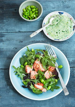 smoked - Mixed leaf salad with hot smoked salmon, broad beans, soya beans, chives and a herb dressing Stock Photo - Premium Royalty-Free, Code: 659-07958686