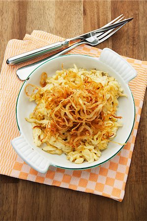recipe - Cheese Spätzle (soft egg noodles from Swabia) in an enamel baking dish Stock Photo - Premium Royalty-Free, Code: 659-07958697