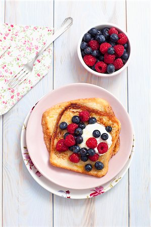 French toast with maple syrup, berries and yoghurt Stock Photo - Premium Royalty-Free, Code: 659-07959178
