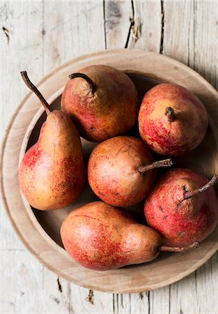 fresh - Red pears in a wooden bowl (seen from above) Stock Photo - Premium Royalty-Free, Code: 659-07959531