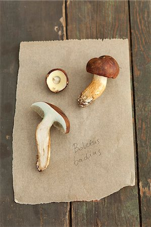 rustic - Bay boletes on a piece of paper Stock Photo - Premium Royalty-Free, Code: 659-07959603