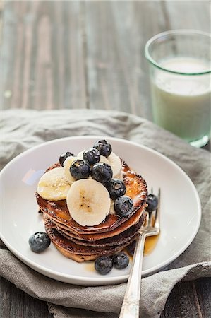 Pancake with bananas and blueberries Stock Photo - Premium Royalty-Free, Code: 659-08147461