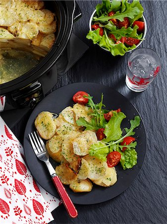 Potato and shallot bake with salad Stock Photo - Premium Royalty-Free, Code: 659-08147930