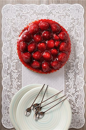 sweet - Strawberry tart with a lace doily Stock Photo - Premium Royalty-Free, Code: 659-08419497